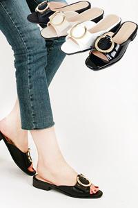 足の甲のデザインがポイントの女性サンダル!Cherry
