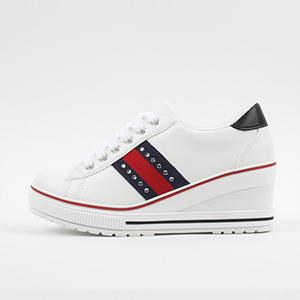 女性ウェッジヒール運動靴!コーデのポイントとしてぴったりなシューズ!Vienna